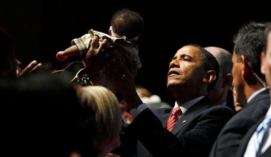 Barack Obama était hier à la Convention Nationale pour les Vétérans Handicapés Américains, à Atlanta. Dans la foule, il a soulevé un bébé.