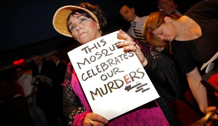 A Manhattan, une femme proteste contre la destruction d'un bâtiment situé à côté de Ground 0 en vue de la construction d'un nouveau centre communautaire musulman. Hier, la commission locale chargée de la protection du patrimoine a cependant voté à l'unanimité le projet.