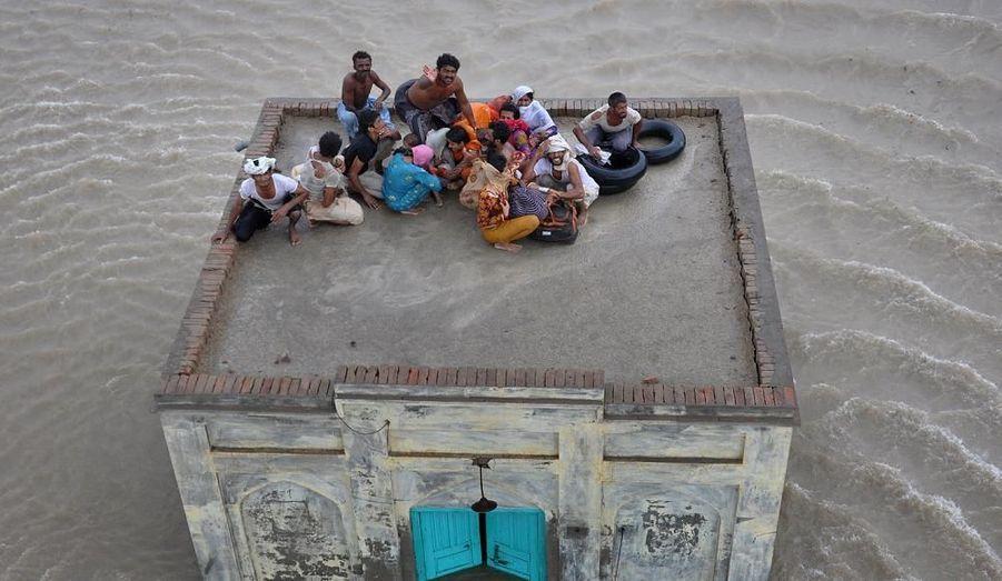 Cette famille a dû se réfugier sur le toit d'une mosquée pour éviter les fortes inondations qui frappent le Pakistan, qui ont déja tué 1 600 personnes.
