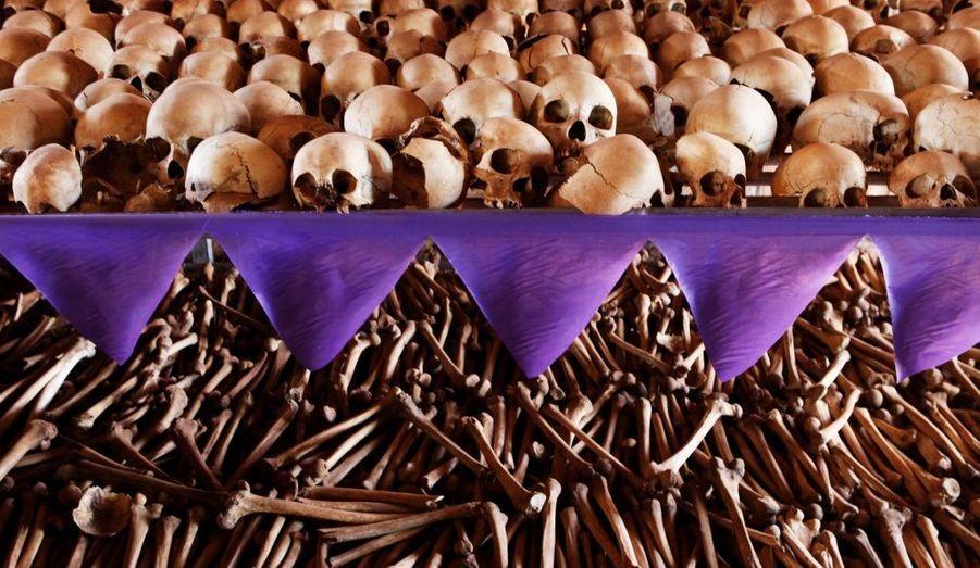 Les crânes et les os des victimes du Rwanda reposaient toujours sur les étagères du mémorial de l'église de Ntarama juste à côté de la capitale Kigali, hier. Quelques 5000 personnes, principalement des femmes et des enfants, ont cherché refuge près de l'église en avril 1994, mais ont été massacrés par des extrémistes hutus qui ont utilisé des grenades, des gourdins et de machettes pour tuer leurs victimes. Les électeurs rwandais se renderont aux urnes lundi prochain, pour la deuxième élection présidentielle depuis le génocide, qui s'est déroulé seize ans plus tôt.