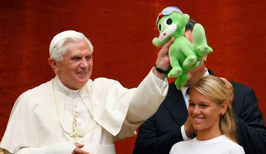 Benoît XVI va concurrencer Britney Spears et Madonna. Un album de chants et de prières enregistré par le Pape Benoît XVI et produit par Geffen/Universal sera mis en vente le 30 novembre prochain. L'argent récolté bénéficiera à un fond d'éducation musicale à destination des enfants déshérités du monde entier