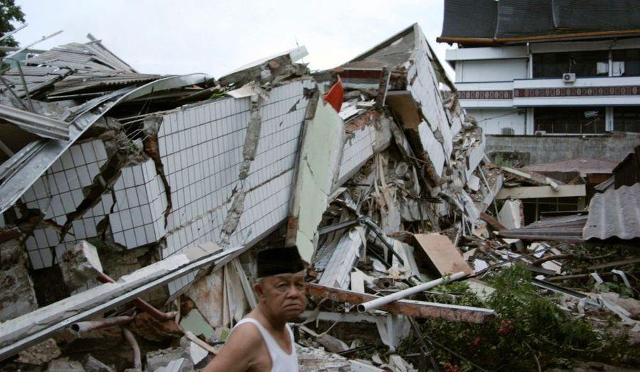 Le bilan du séisme qui a frappé mercredi l'île indonésienne de Sumatra pourrait se chiffrer à plusieurs milliers de morts, a déclaré jeudi le chef de la cellule de gestion des catastrophes du ministère de la santé, Rustam Pakaya. Le bilan officiel est actuellement de 100 à 200 morts, mais les autorités ont prévenu que de nombreux habitants étaient ensevelis sous les décombres.