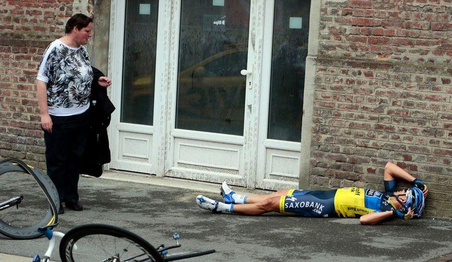 Jonathan Cantwell, cycliste de l'équipe Saxo Bank, est au sol après avoir chuté lors de l'étape du Tour de France qui reliait jeudi hier Rouen à Saint-Quentin.