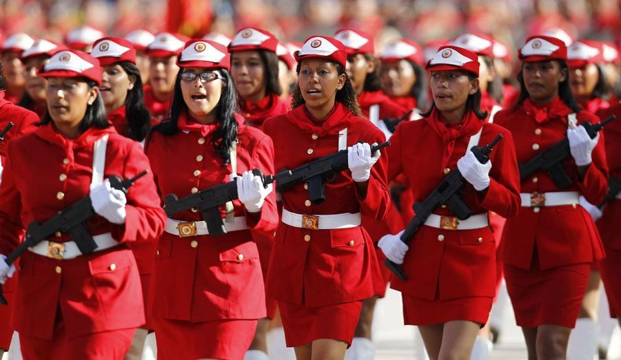 Défilé de femmes militaires vénézuéliennes pour le 201ème anniversaire de l'indépendance du pays.