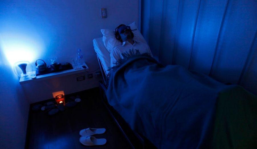 Les habitants de la ville de Buenos Aires luttent contre le stress au travail. Dans le centre Siestaro, des siestes de 20 minutes sont proposées à toute personne désireuse de se reposer dans la journée. Les employés du centre adaptent leurs remèdes pour chaque client : musique, arômes ou ambiance tamisée, afin que les conditions de sommeil soient les plus propices possibles.