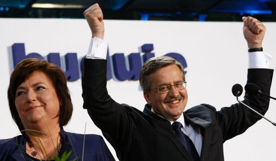 Sans surprise mais avec tout de même plus de peine que prévu, Bronislaw Komorowski a été élu, pour un mandat de cinq ans, président de la Pologne.