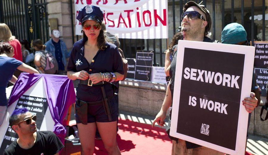 Les prostitués ont manifesté ce vendredi à Lyon contre l'abolition de la prostitution souhaitée par la ministre des Droits des femmes, Najat Vallaud-Belkacem.