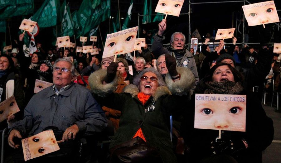 Des membres de différentes associations qui luttent pour les droits de l'homme ont manifesté leur joie jeudi en Argentine, en entendant la condamnation de l'ancien dictateur, Jorge Videla. L'homme de 86 a été condamné à 50 ans de prison notamment pour des vols de bébés entre 1976 et 1983.