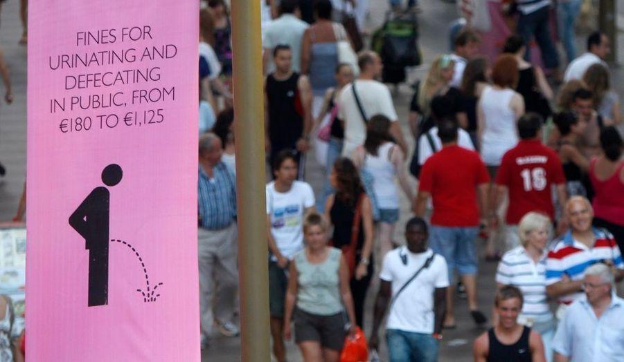 Une bannière pas comme les autres a été exposée bien en vue des passants près des fameuses Las Ramblas de Barcelone. La mairie a lancé une campagne pour dissuader les touristes d'uriner et/ou de déféquer dans les rues de la ville pendant la saison estivale. Toute personne ne respectant pas cette règle aura une amende.