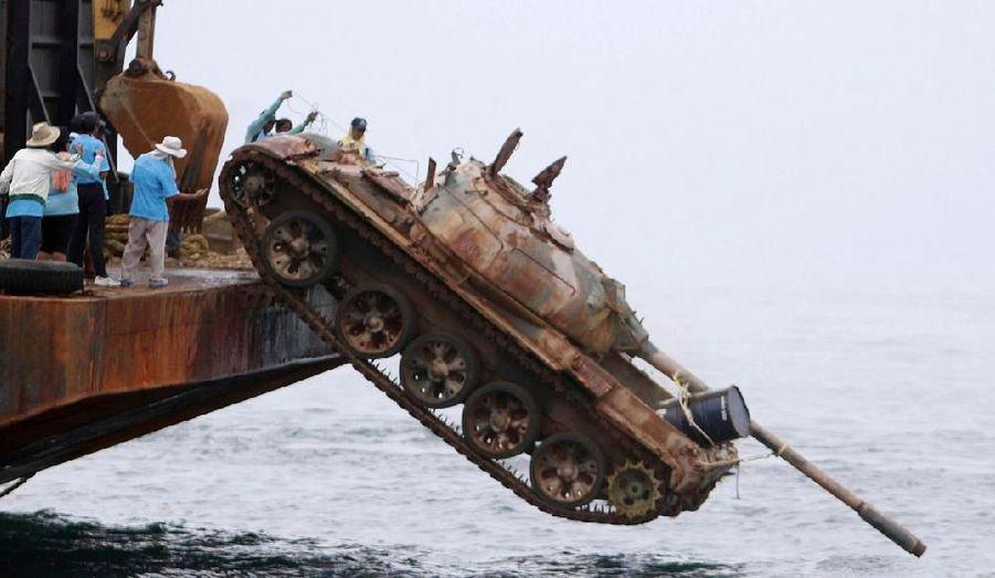 Ce char blindé chinois T-69 est déposé dans le Golfe de la Thaïlande. 25 véhicules retirés du service vont être ainsi jetés à la mer et formeront des coraux artificiels afin d'améliorer les écosystèmes marins dans l'est.