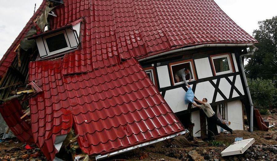 En Pologne, les habitants tentent de récupérer ce qu'ils peuvent des restes de leurs maisons totalement détruites, à la suite des crues subites survenues en Europe Centrale.