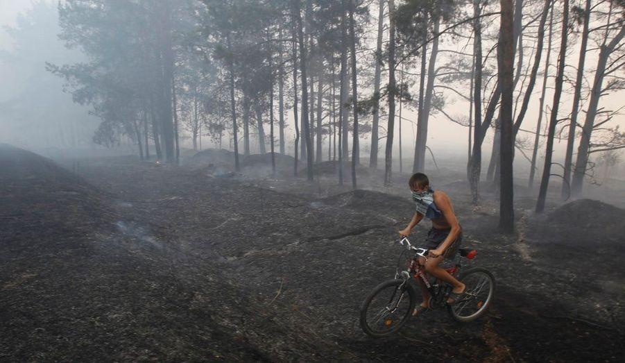 Un jeune garçon se promène à vélo sur les terrains brûlés de Shatura, à une centaine de kilomètres de Moscou.