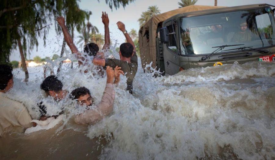 Un camion militaire transporte des vivres aux sinistrés de Muzaffargarh, dans la province pakistanaise du Pendjab.