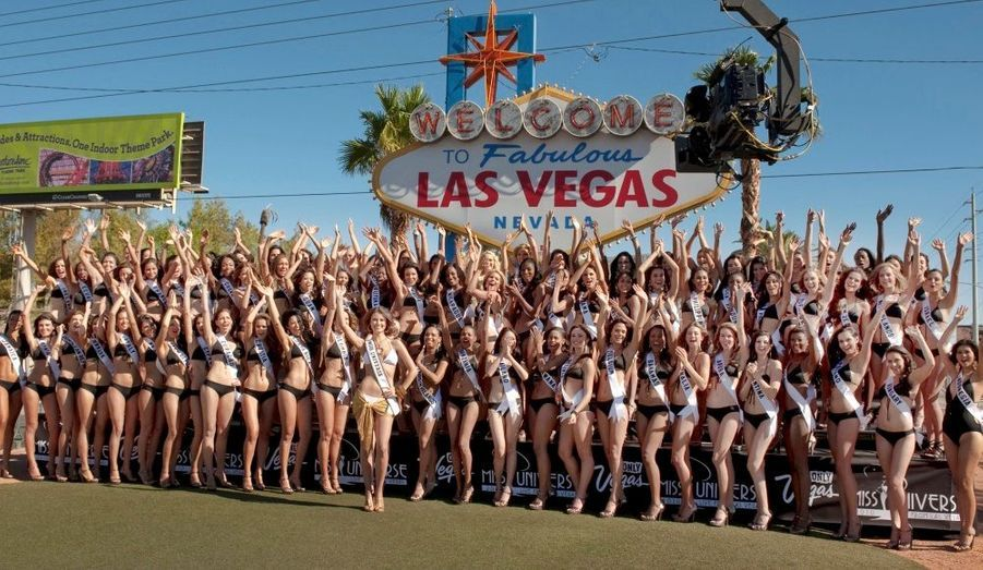 """Les participantes de Miss Univers 2010 posent devant le panneau """"Bienvenue à Las Vegas"""" sur le boulevard de Las Vegas. L'une d'entre elles remportera le concours le 23 août prochain."""