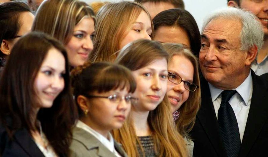 L'ancien directeur général du FMI, Dominique Strauss-Kahn, a opéré mercredi un retour réussi dans le circuit des conférenciers internationaux, en exposant sa vision de l'avenir de l'économie mondiale devant des étudiants et des hommes d'affaires ukrainiens. Organisée à l'initiative de la fondation du milliardaire Viktor Pintchouk, la conférence avait été préparée avec soin, de manière à empêcher notamment l'intrusion de manifestants, et sans que les journalistes ne soient autorisés à poser des questions.