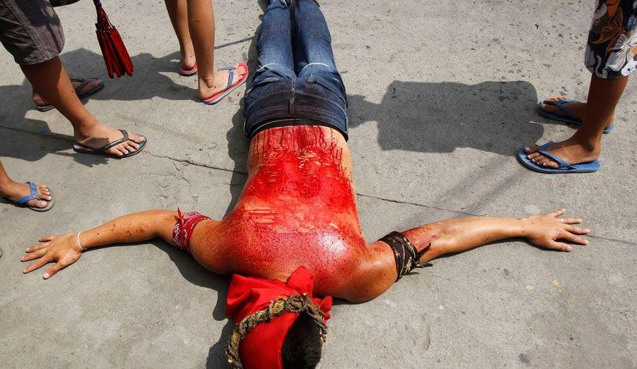 Malgré une forte opposition de l'Eglise catholique, 20 pénitents seront crucifiés le jour du Vendredi Saint aux Philippines. Avant ce jour fatidique, ils ont du s'auto-flageller afin de se sentir au plus près du Christ. Chaque année près de 30.000 touristes viennent assister à ce rite organisé à San Fernando.