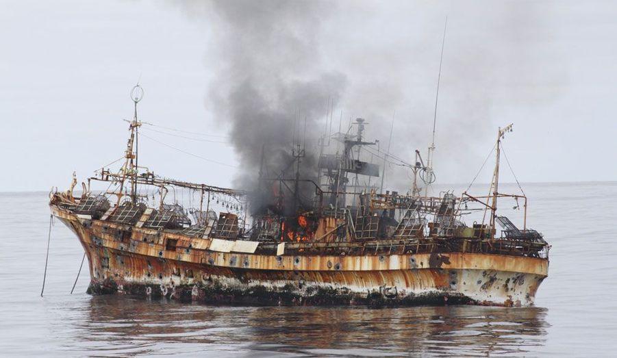 """Les garde-côtes américains ont ouvert le feu et coulé jeudi le """"Ryu Un Maru"""", surnommé le """"bateau fantôme"""". Emporté par le tsunami du 11 mars 2011, ce bateau de pêche dérivait sur le Pacifique et présentait un risque pour le trafic maritime au large de l'Alaska."""