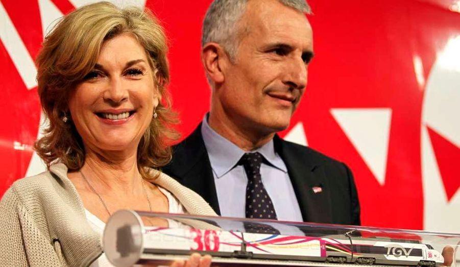 Le président de la SNCF, Guillaume Pepy, et l'actrice française Michèle Laroque, marraine de l'événement, ont assisté ce jeudi à une cérémonie marquant le 30e anniversaire du TGV à Paris.