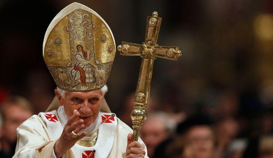 Le pape Benoît XVI à la vigile –ou veillée pascale- en la basilique Saint-Pierre de Rome.
