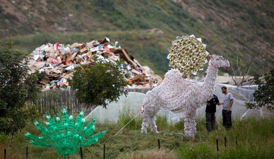 Une sculpture de chameau, déposée sur le site d'une ancienne décharge près de Tel Aviv, en Israël. Les curieux pourront découvrir un safari entièrement fabriqué avec des matériaux recyclés Coca Cola durant les vacances de Pâques.