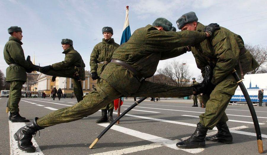 Des soldats russes s'étirent avant de s'entraîner à défiler, à Saint-Pétersbourg. Le 9 mai, ils arpenteront à grandes foulées les rues de la ville pour fêter l'anniversaire de la victoire sur l'Allemagne nazie.