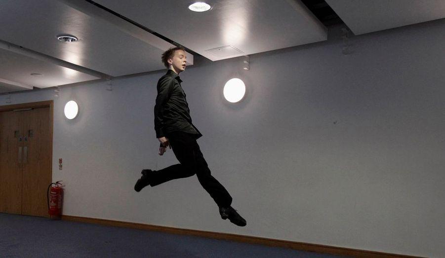 Un compétiteur s'échauffe avant son entrée sur scène, lors des championnats du monde de danse irlandaise, à Belfast.