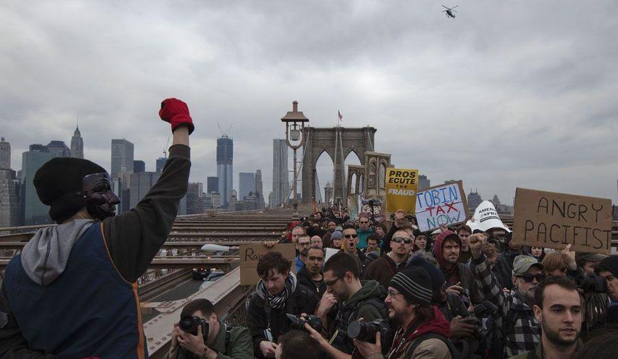 Les manifestants d'Occupy Wall Street étaient des dizaines, dimanche, sur le pont de Brooklyn, à New York.