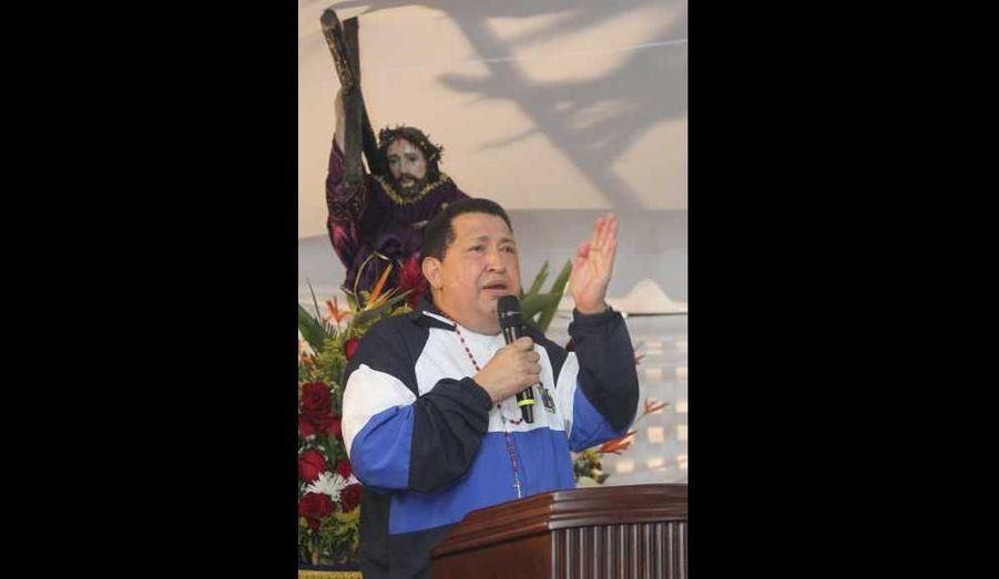 """Le président vénézuélien Hugo Chavez, qui a été soigné à plusieurs reprises à Cuba pour un cancer, a pleuré jeudi au cours d'un service religieux et imploré Dieu de le sauver. En moins d'un an, Hugo Chavez, qui est âgé de 57 ans, a été opéré à trois reprises et a subi deux traitements par radiothérapie. Il est rentré mercredi de Cuba, où il avait reçu des soins. Dans un discours retransmis par la télévision, lors d'un service religieux dans son Etat d'origine, Barinas, Hugo Chavez n'a pas caché ses larmes et sa voix s'est brisée alors qu'il faisait l'éloge de Jésus, mais aussi du """"Che"""" et de Simon Bolivar, héros de l'indépendance de l'Amérique du Sud. """"N'oubliez jamais que vous êtes les enfants de géants(...). Je n'ai pas pu retenir mes larmes"""", a dit cet ancien militaire. """"Donnez-moi votre couronne, Jésus. Donnez-moi votre croix, vos épines afin que je puisse saigner. Mais donnez-moi vie, parce que j'ai encore à faire pour ce pays et son peuple. Ne me rappelez pas encore!"""", a ajouté Hugo Chavez, qui se tenait sous une représentation de Jésus crucifié."""
