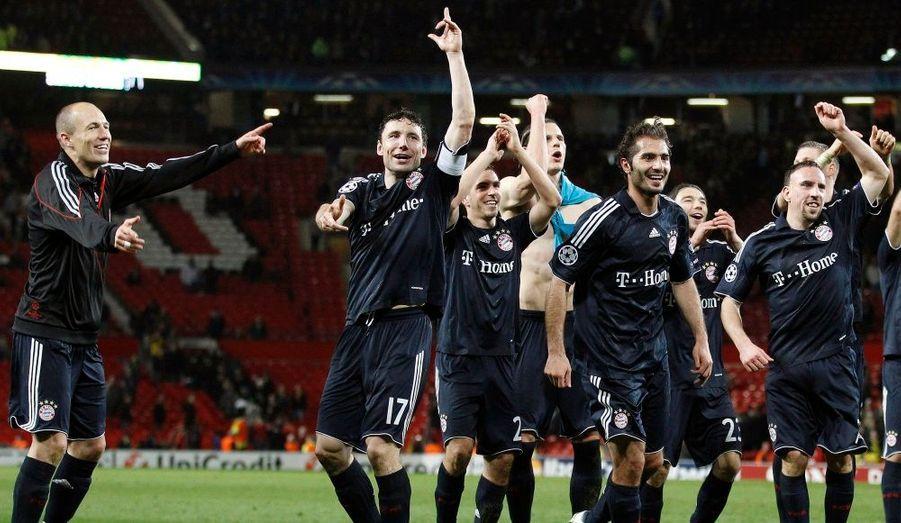 Battu mercredi sur la pelouse de Manchester United (3-2), le Bayern Munich a malgré tout décroché son billet pour les demi-finales de la Ligue des champions grâce à la valeur des buts inscrits à l'extérieur. Menés trois buts à rien après un doublé de Nani (3e, 41e) et un but de Gibson (7e), les Bavarois ont repris espoir par l'intermédiaire d'Olic (43e) avant que Robben n'offre la qualification au club allemand d'une reprise de volée limpide (76e). Les partenaires de Franck Ribéry défieront l'Olympique Lyonnais en demi-finale de la Ligue des champions.