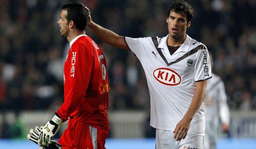 Les désillusions s'enchainent pour les Girondins de Bordeaux. Samedi soir, les champions de France ont perdu sur la pelouse du Paris Saint-Germain (1-3) lors de la 32e journée de Ligue 1. Les hommes de Laurent Blanc, pris à défaut par Armand (35e), Erding (74e) et Hoarau (86e) alors que Sané avait réduit la marque (81e), restent ainsi cinquièmes du championnat de France à trois points de Marseille.