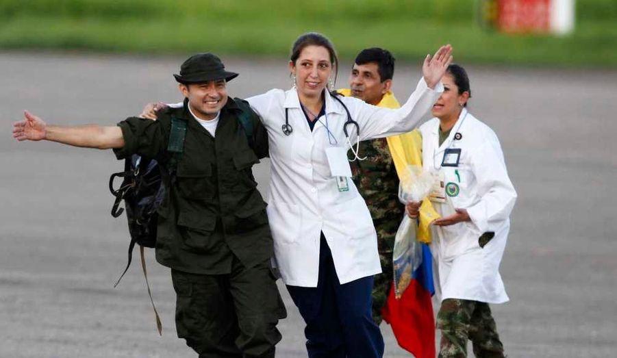 La guérilla des Farc a libéré lundi en Colombie les six derniers policiers et quatre derniers militaires encore retenus en otages, qui ont été remis à une mission humanitaire, à l'aéroport de Villavicencio, à une centaine de kilomètres au sud de Bogota.