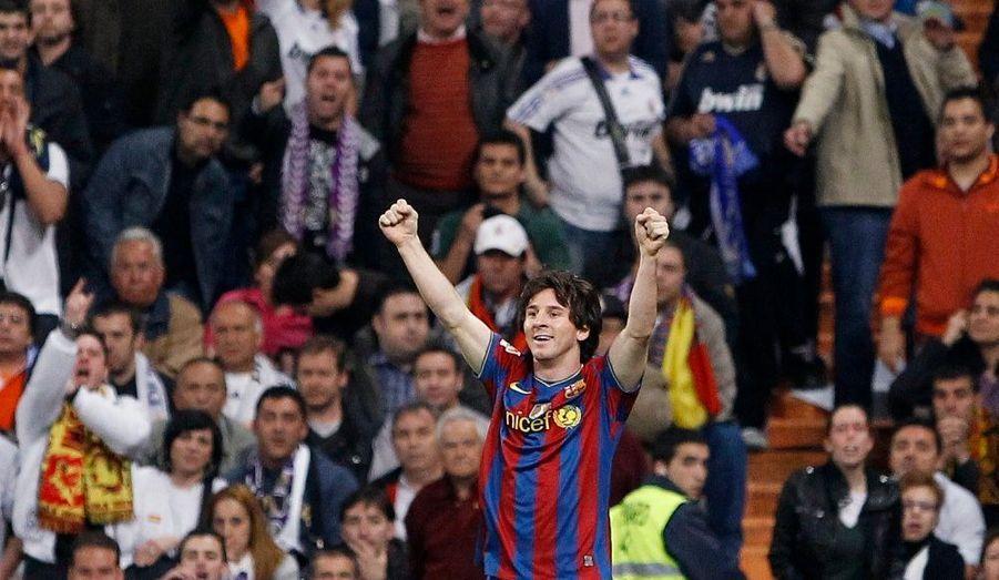 Le FC Barcelone a remporté, samedi soir, le clasico sur la pelouse du Real Madrid (2-0) grâce à des buts signés Messi (33e) et Pedro (56e) dans le cadre de la 31e journée de Liga. Un succès qui permet aux Catalans de s'installer seuls au sommet du championnat d'Espagne avec trois longueurs d'avance sur les Madrilènes.