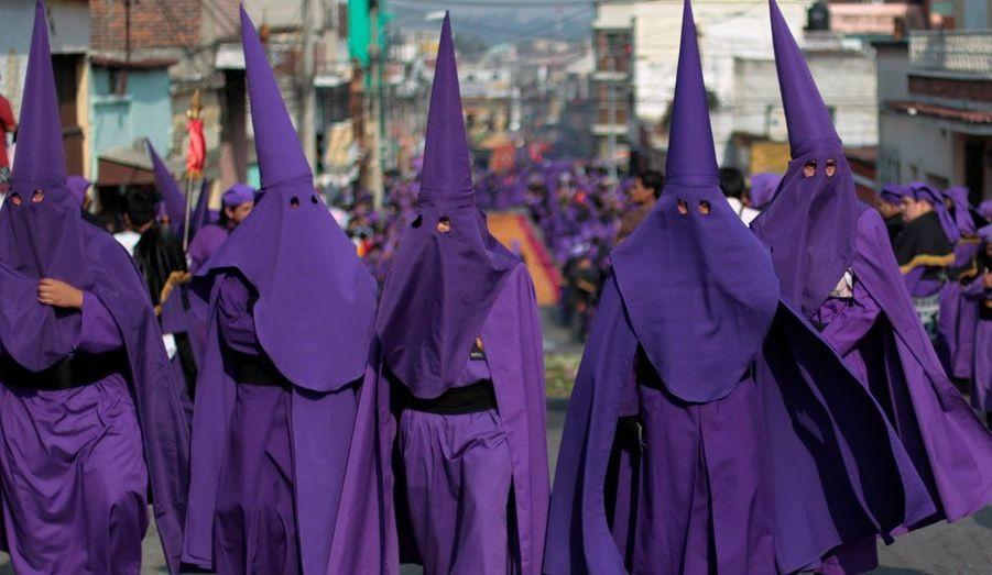 Des hommes vêtus pour la procession de la statue de «Jesus Nazareno de las Tres Potencias» marchent dans le centre-ville de Guatemala City. Depuis 117 ans, ces célébrations ont lieu à l'occasion de la Semaine Sainte. Elles rassemblent en moyenne près de 5000 fidèles, selon les médias locaux.