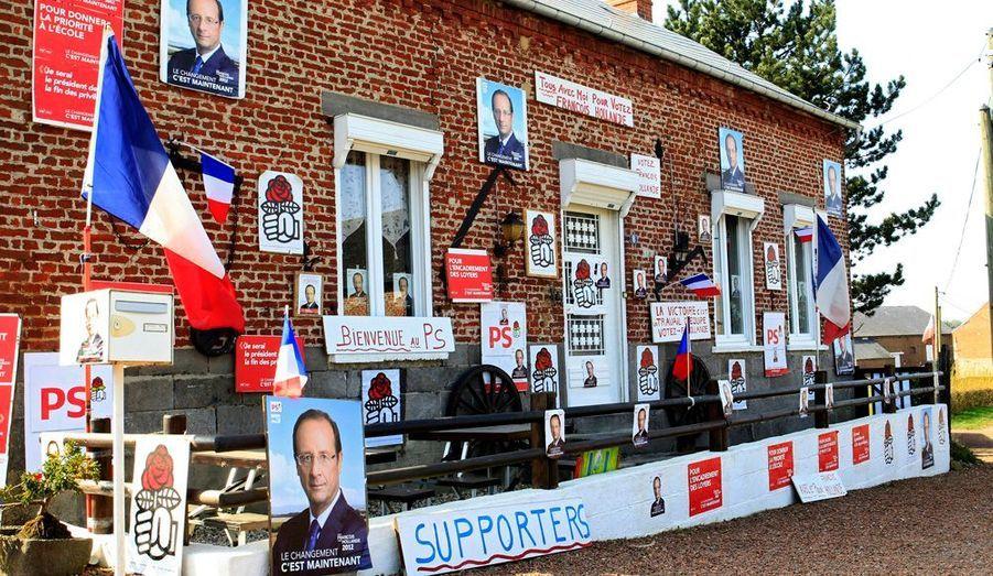 Alain Rocher a redécoré toute sa maison à l'effigie de son candidat favori pour l'élection présidentielle, François Hollande. Sa maison de Ramousies, près de Maubeuge, est devenue un incontournable de la région.