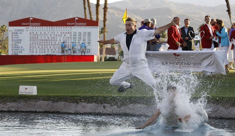 La golfeuse sud-coréenne Yoo Sun-young se jette à l'eau avec son caddie Adam Woodward après avoir remporté le tournoi de Rancho Mirage, en Californie.