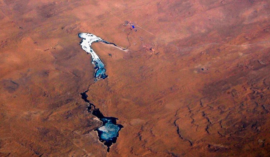 Un lac gelé situé dans les dunes de sable du désert de Gobi, au sud d'Oulan-Bator, (capitale de la Mongolie), a été photographié.
