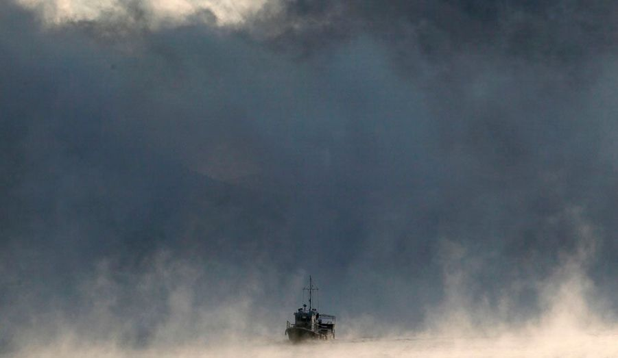 Un bateau navigue à travers le brouillard sur la rivière Ienisseï, en Sibérie, à 55 km de Krasnoyarsk.