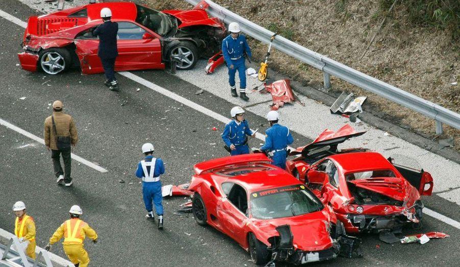 Un incroyable accident s'est produit sur une autoroute du Sud-Ouest du Japon dimanche : 13 voitures, dont la plupart des voitures d'exceptions, ont été impliquées dans un carambolage qui a fait 10 blessés légers. Huit Ferraris (à l'image, deux F355 et une F360 Modena), deux Mercedes, une Lamborghini et deux modèles japonais ont été impliqués.