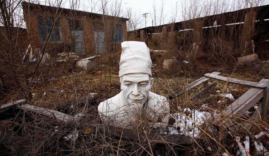 Une statue du philosophe chinois gise dans une carrière de pierre à Dangcheng, en Chine. Depuis le développement économique du pays, la ville de Dangcheng, traditionnellement connue pour ses carrières de pierre, doit faire face à une concurrence féroce sur le marché de la statue ornementale.