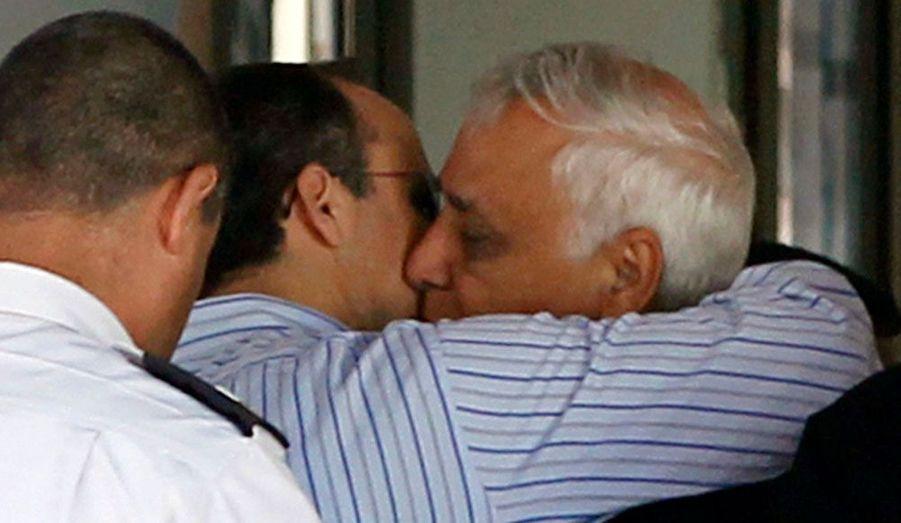 L'ancien président israélien Moshe Katsav serre son fils dans ses bras avant d'entrer en prison. Il a été condamné à sept ans de prison pour viol sur l'une de ses assistantes et pour diverses agressions sexuelles commises au cours de sa carrière.