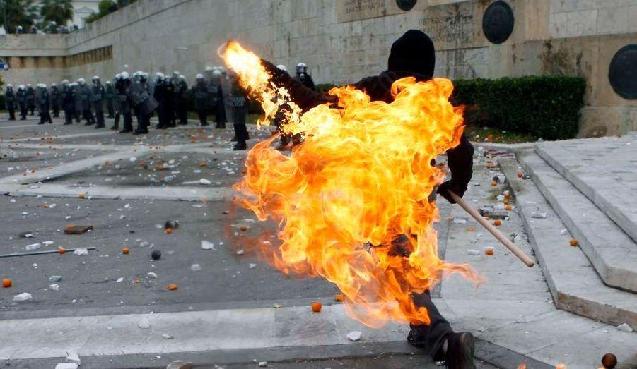 De violents heurts ont opposé mardi des activistes grecs aux forces de l'ordre en marge d'une manifestation pour commémorer la mort d'un jeune lycéen tué par la police en 2008. Les émeutiers ont jeté des cocktails molotov alors que les forces de l'ordre ont répliqué par des gaz lacrymogènes.