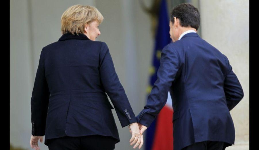 La chancelière allemande et le président français, main dans la main à l'Elysée lundi. Angela Merkel et Nicolas Sarkozy se sont réunis afin d'accorder leur position sur la gestion du budget de la zone euro.