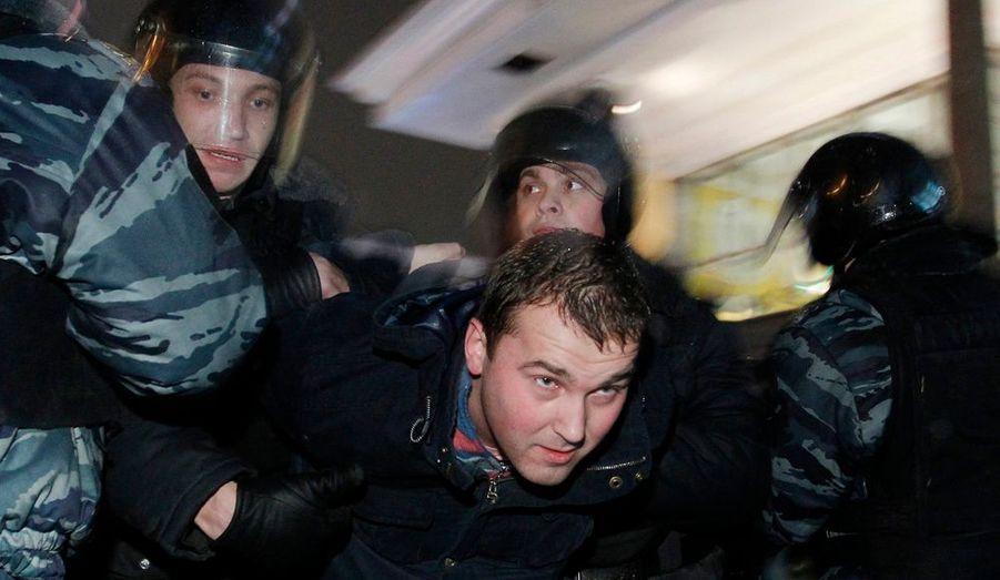 Plus de 300 manifestants ont été interpellés lundi à Moscou, alors qu'ils tentaient d'organiser une rare marche de protestation pour dénoncer le déroulement des législatives de ce week-end. Ils devraient être jugés ce mardi et encourent jusqu'à 15 jours de prison pour avoir résisté à la police.