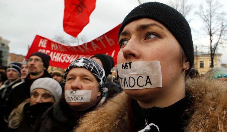 """C'est ce que dit le bâillon de ces manifestants, réunis à Moscou. Des rassemblements massifs ont lieu ce samedi dans toute la Russie pour dénoncer les résultats des élections législatives de dimanche dernier. Cette journée est considérée comme la plus importante révolte contre le """"clan Poutine"""" depuis son arrivée au pouvoir il y a douze ans."""