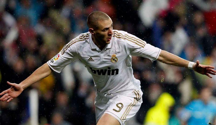 Si Karim Benzema célèbre son but inscrit dès la première minute de jeu, le Real Madrid a de nouveau mordu la poussière face à son grand rival, le FC Barcelone (1-3), lors du Clasico du championnat espagnol.