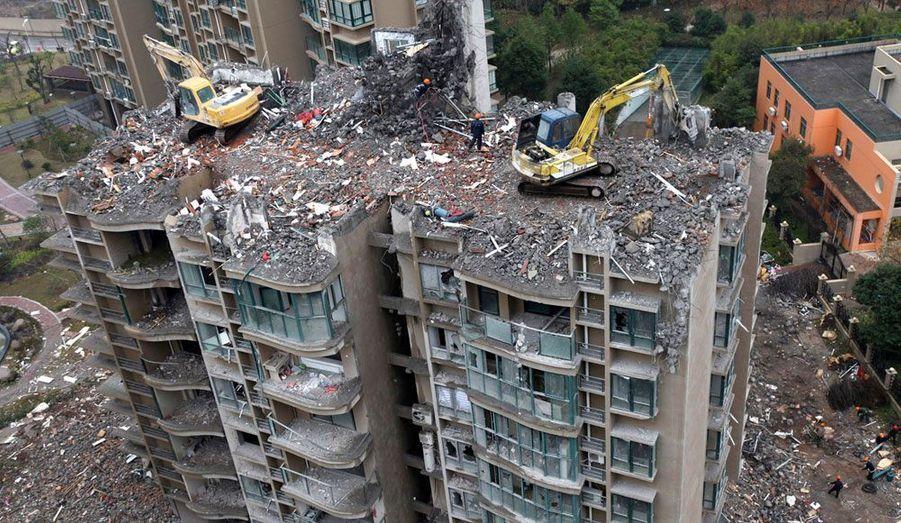 Cet immeuble tout neuf, inauguré en janvier 2010 dans la ville de Taizhou, en Chine, est démoli suite à la découverte d'une légère erreur de construction. Leurs fondations instables faisaient pencher les bâtiments vers l'ouest.