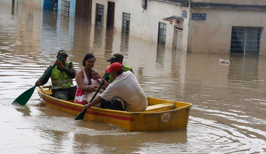 Une femme et son bébé sont transportés dans les rues inondées à Cali. Conséquence du phénomène climatique La Niña, les pluies torrentielles ont fait au moins 96 victimes ont annoncé les autorités colombiennes.