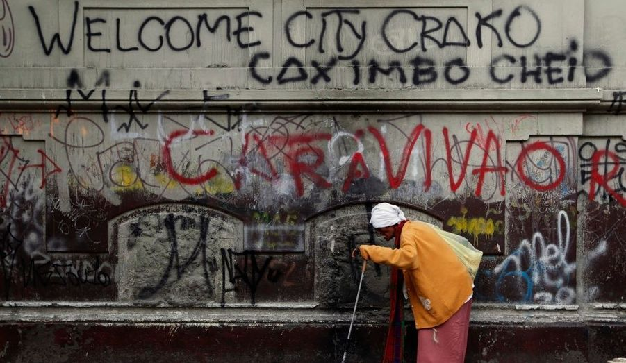 Une femme marche à côté d'un mur tagué dans le quartier de la Luz à São Paulo, surnommé Cracolandia (Crackland), la drogue y étant vendue et consommée ouvertement.
