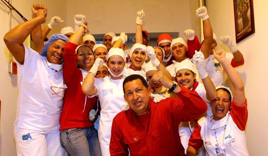 Actuellement en campagne pour les législatives qui auront lieu le 26 septembre prochain, le président du Vénézuela Hugo Chavez pose avec les ouvriers d'une coopérative socialiste laitière de l'état du Tachira.