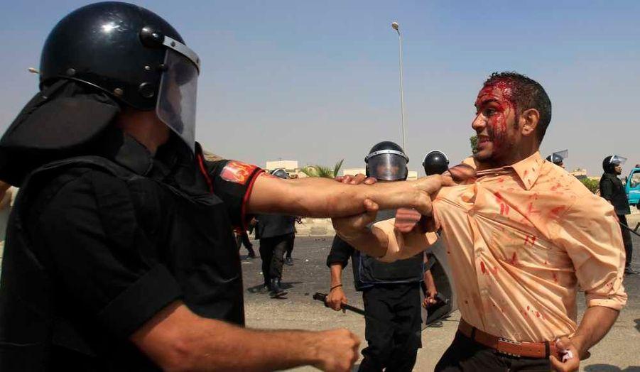 Des affrontements ont eu lieu lundi entre les forces de l'ordre et des militants anti-Moubarak, alors que se tenait son procès à l'académie de police, au Caire. Le procès de l'ancien président égyptien a été ajourné lundi soir et reprendra ce mercredi. Rappelons qu'il est jugé pour corruption, détournement de fonds publics et meurtre avec préméditation dans le cadre de la répression du mouvement qui a provoqué sa démission en février et fait 840 morts selon un bilan officiel.